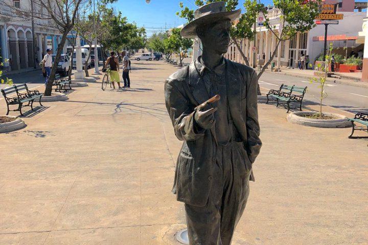 Statue de Beni More, le barbare du Rythme à Cienfuegos Cuba