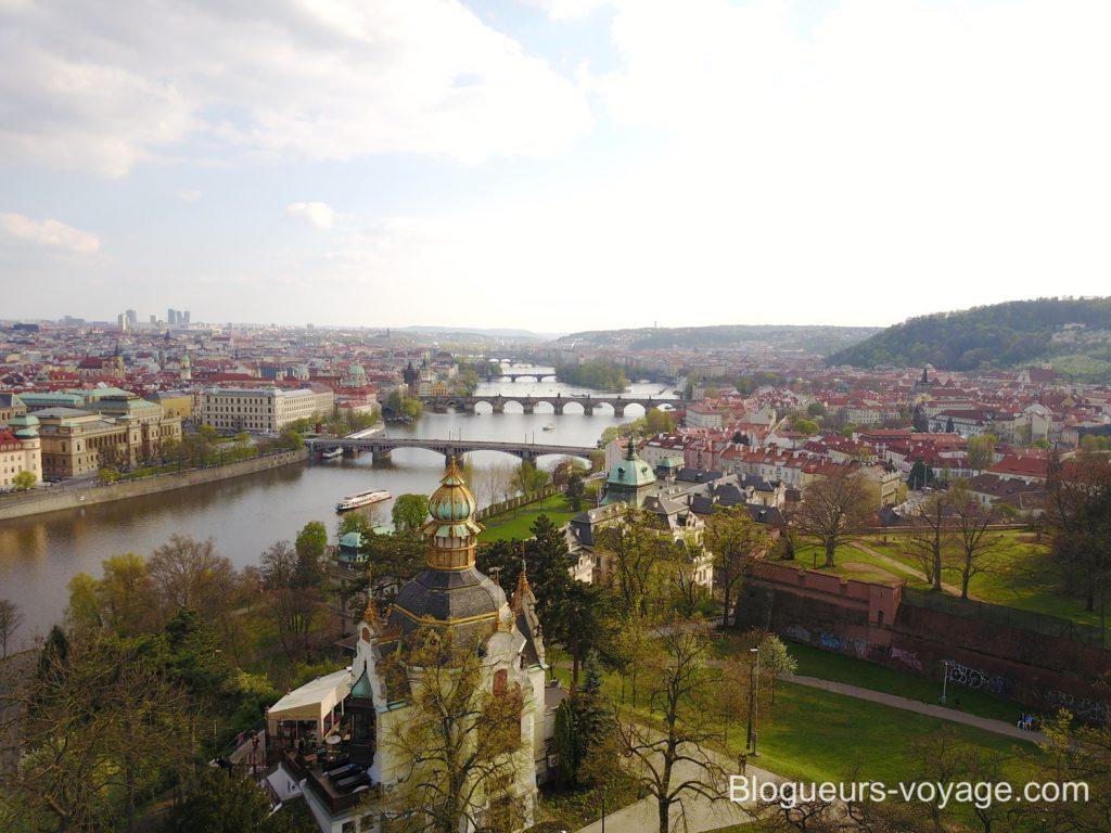 Vue sur le Pavillon Hanavský et les ponts de Prague dans les jardins de Letná à Prague